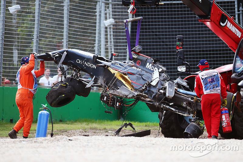 El McLaren MP4-31 de Fernando Alonso, McLaren se retira de la trampa de grava tras accidente