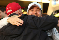 Ganador de la carrera Nico Rosberg, Mercedes AMG F1 celebra com Niki Lauda, Mercedes Presidente no ejecutivo