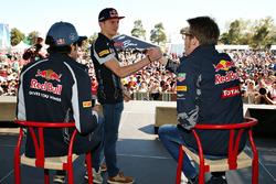 Макс Ферстаппен, Scuderia Toro Rosso и Даниил Квят, Red Bull Racing жмут руки