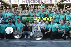 Sieger Nico Rosberg, Mercedes AMG F1 Team; 2. Lewis Hamilton, Mercedes AMG F1 Team, feieren mit dem Team den Sieg