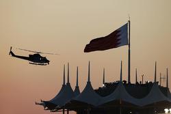 Ein Hubschrauber im Gegenlicht des Sonnenuntergangs