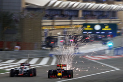 Romain Grosjean, Haas F1 Team VF-16 y Daniil Kvyat, Red Bull Racing RB12 sacando chsipas