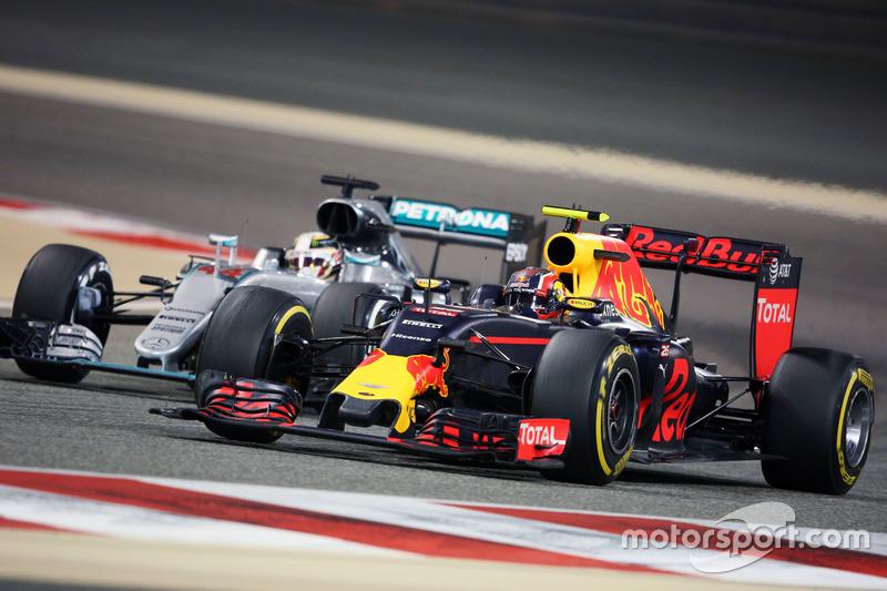 Daniil Kvyat, Red Bull Racing RB12 et Lewis Hamilton, Mercedes AMG F1 W07 Hybrid en lutte pour une position