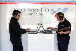 Ingenieur von Teo Martin Motorsport bei der Arbeit