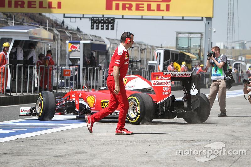 Sebastian Vettel, Ferrari SF16-H in the pits
