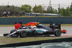Lewis Hamilton, Mercedes AMG F1 Team W07 spins