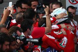Второе место - Себастьян Феттель, Ferrari в закрытом парке