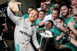 Победитель - Нико Росберг, Mercedes AMG F1 Team празднует с командой