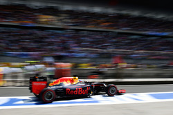 Daniel Ricciardo, Red Bull Racing RB12 leaves the pits