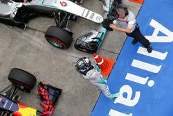 Polesitter Nico Rosberg, Mercedes AMG F1 Team in parc ferme