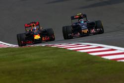 Daniel Ricciardo, Red Bull Racing RB12 and Carlos Sainz Jr., Scuderia Toro Rosso STR11