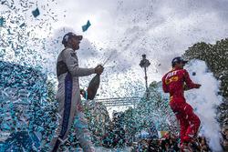 Podio: il vincitore Lucas di Grassi, ABT Schaeffler Audi Sport, secondo Jean-Eric Vergne, DS Virgin Racing