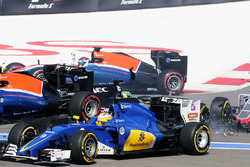 Marcus Ericsson, Sauber C35 crashes at the start of the race