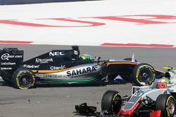 Esteban Gutiérrez, Haas F1 Team VF-16 y Nico Hulkenberg, Sahara Force India F1 VJM09 chocan al inicio de la carrera