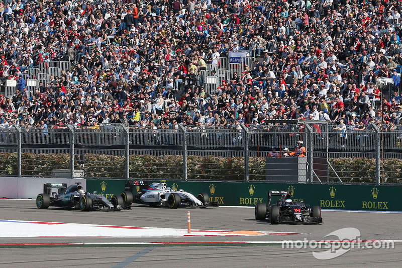 Fernando Alonso, McLaren MP4-31, Lewis Hamilton, Mercedes AMG F1 Team W07 y Valtteri Bottas, Williams FW38
