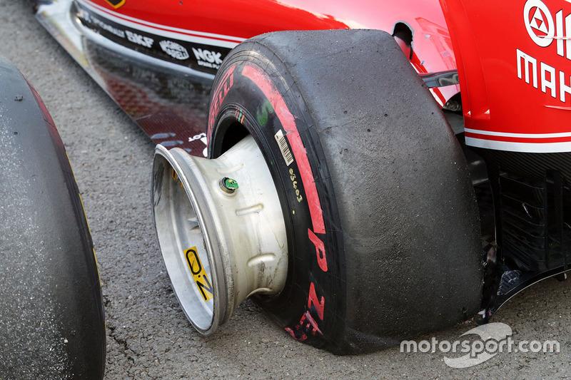 A danificada Ferrari SF16-H de Sebastian Vettel após os toques com Daniil Kvyat