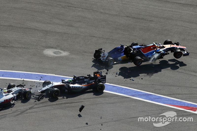 3. Choque al inicio con Marcus Ericsson, Sauber C35, Rio Haryanto, Manor Racing MRT05, Esteban Gutiérrez, Haas F1 Team VF-16 y Nico Hulkenberg, Sahara Force India F1 VJM09