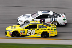 Matt Kenseth, Joe Gibbs Racing Toyota, und Brad Keselowski, Team Penske Ford