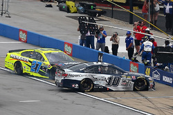 Kollision zwischen Danica Patrick, Stewart-Haas Racing Chevrolet, und Paul Menard, Richard Childress Racing, in der Boxengasse