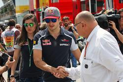 Carlos Sainz Jr, Scuderia Toro Rosso bersama Tabatha Valles, Scuderia Toro Rosso Press Officer, dan Pat Behar, FIA Delegate