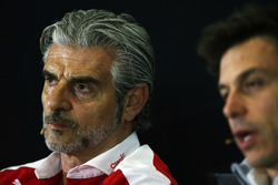 Маурицио Арривабене, руководитель Ferrari и Тото Вольф, руководитель Mercedes AMG F1 на пресс-конференции FIA