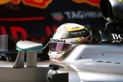 Il poleman Lewis Hamilton, Mercedes AMG F1 W07 Hybrid nel parco chiuso
