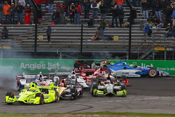 Start: Simon Pagenaud, Team Penske Chevrolet memimpin as Sテゥbastien Bourdais, KV Racing Technology Chevrolet, Tony Kanaan, Chip Ganassi Racing Chevrolet kecelakaan