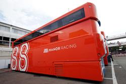 Trucks von Manor Racing im Fahrerlager