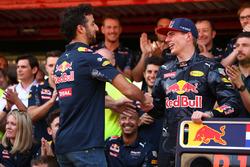 Первое место - Макс Ферстаппен, Red Bull Racing празднует с командой и Даниэлем Риккардо, Red Bull Racing