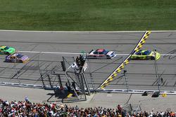 Start: Mark Martin, Hendrick Motorsports Chevrolet leads Dale Earnhardt Jr., Hendrick Motorsports Chevrolet
