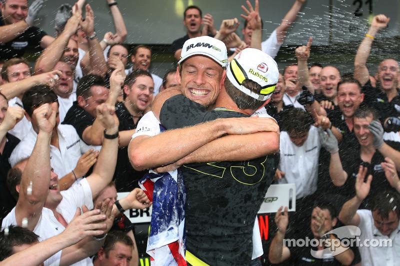 2009: Jenson Button abraza a su compañero Rubens Barrichello después de ganar el título