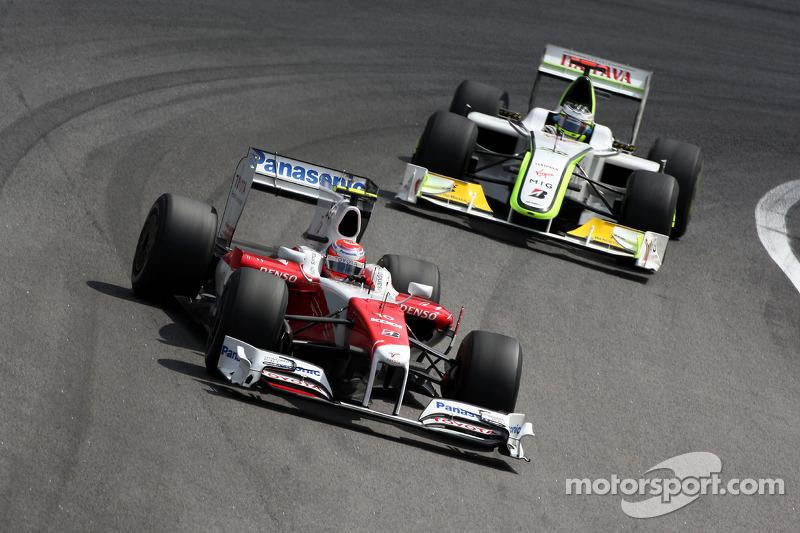 Kamui Kobayashi, Test Driver, Toyota F1 Team leads Jenson Button, BrawnGP