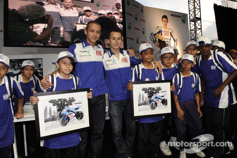 Visita de las Torres Petronas: Valentino Rossi y Jorge Lorenzo con fans