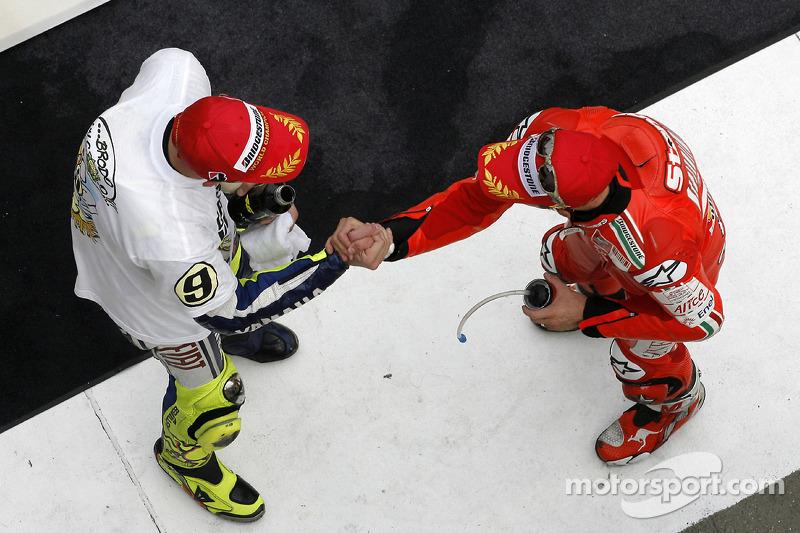 Podio: tercer lugar y Campeón 2009 de MotoGP Valentino Rossi, Fiat Yamaha Team con el ganador de la carrera Casey Stoner, Ducati Marlboro Team