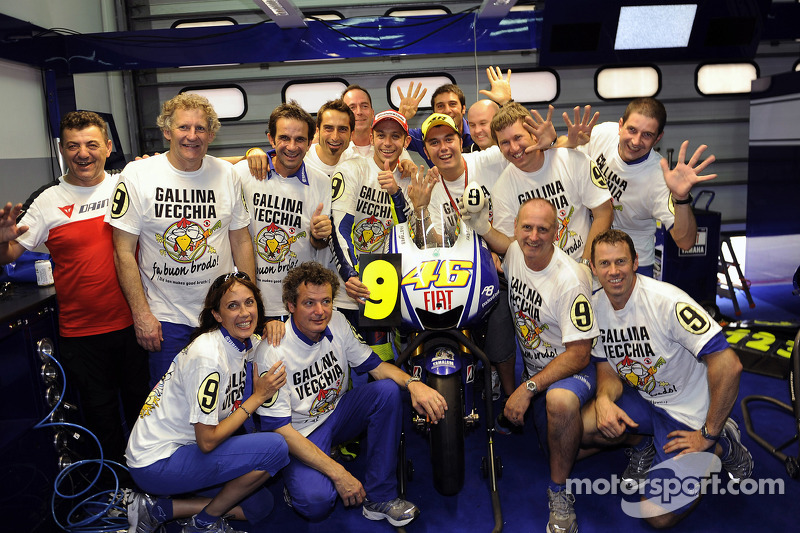 2009 MotoGP champion Valentino Rossi, Fiat Yamaha Team celebrates with his team