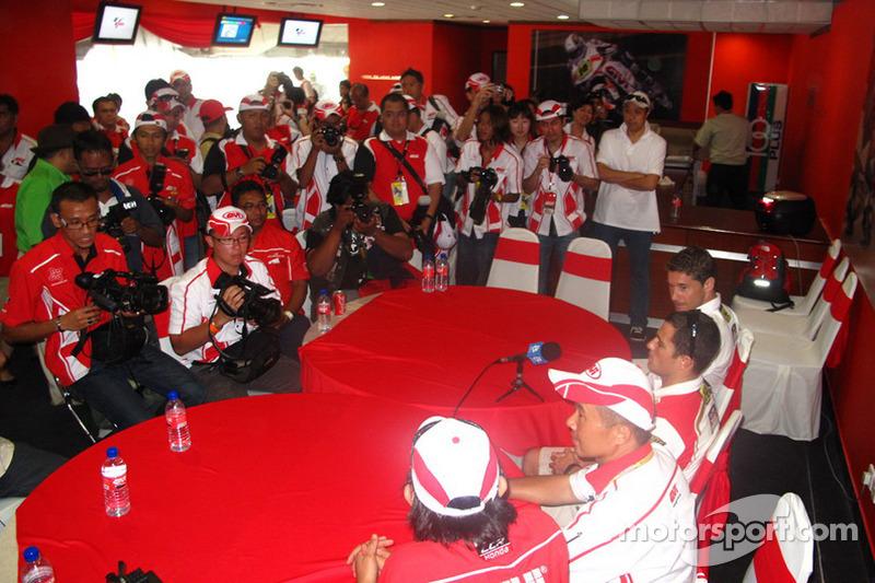 Randy De Puniet en el LCR Honda MotoGP hospitality