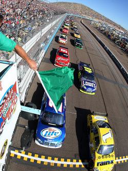 Start: Martin Truex Jr., Earnhardt Ganassi Racing Chevrolet and Kurt Busch, Penske Racing Dodge lead the field