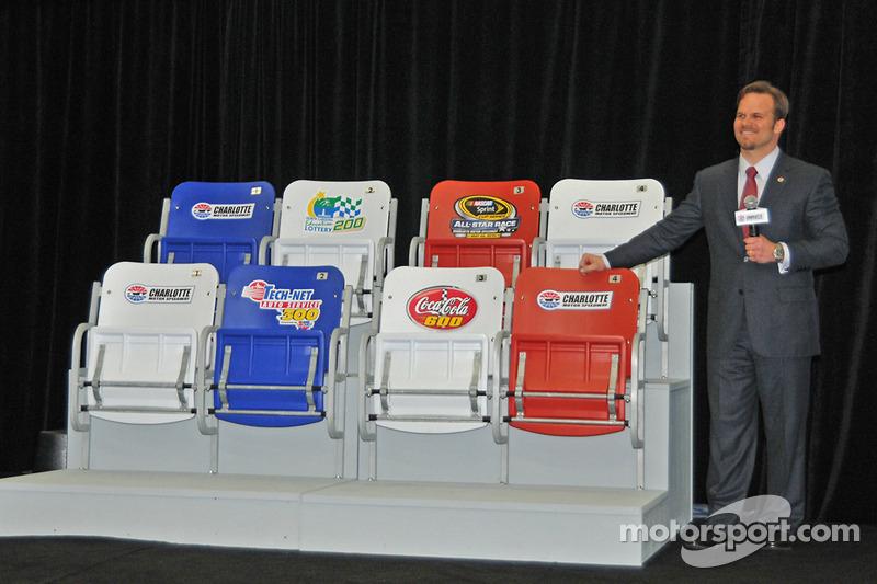 Le directeur du circuit CMS et le manager général Marcus Smith révèlent les nouveaux sièges plus lar