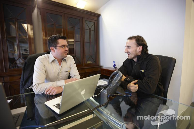 Robert Kubica met Renault teambaas Eric Boullier, in Enstone