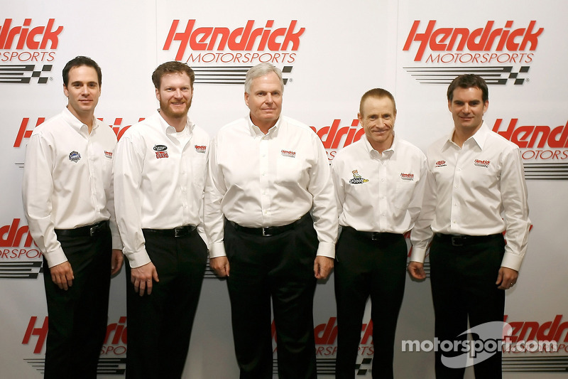 Jimmie Johnson, Dale Earnhardt Jr., RIck Hendrick, Mark Martin et Jeff Gordon posent pour la traditionnelle photo d'équipe du Hendrick Motorsports