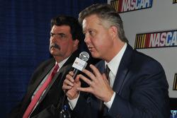 Los líderes de NASCAR, Brian France y Mike Helton responden preguntas de la prensa