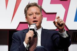 Brian France (PDG du NASCAR) s'adresse aux média lors du NASCAR Sprint Tour