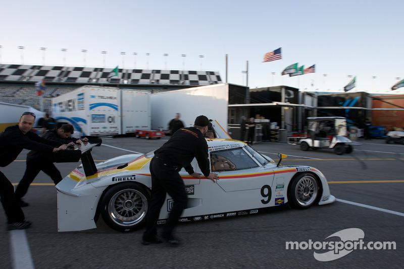 Des membres du Action Express Racing Porsche Riley poussant leur voiture