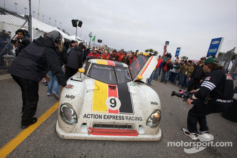 La voiture victorieuse #9 Action Express Racing Porsche Riley: Joao Barbosa, Terry Borcheller, Ryan Dalziel, Mike Rockenfeller en direction de la zone des vainqueurs