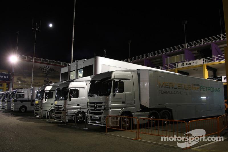 Mercedes trucks in de paddock