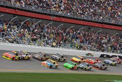 Jeff Gordon, Hendrick Motorsports Chevrolet leidt voor Greg Biffle, Roush Fenway Racing Ford en Kyle Busch, Joe Gibbs Racing Toyota
