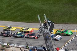 Arrancada: Kyle Busch y Carl Edwards al frente del grupo en la bandera verde