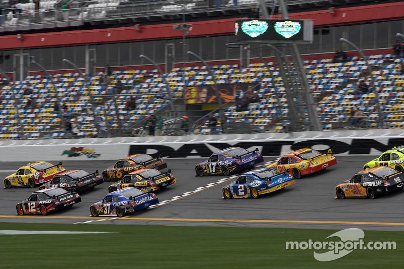 Clint Bowyer, Richard Childress Racing Chevrolet voert een groepje auto's aan