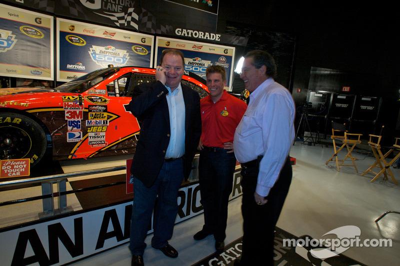 Ontbijten met de kampioen: 2010 Daytona 500 winnaar Jamie McMurray met teameigenaren Chip Ganassi en Felix Sabates