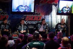 Ontbijten met de kampioen: 2010 Daytona 500 winnaar Jamie McMurray met teameigenaren Chip Ganassi en Felix Sabates, en teammanager Kevin Manion praten met de fans